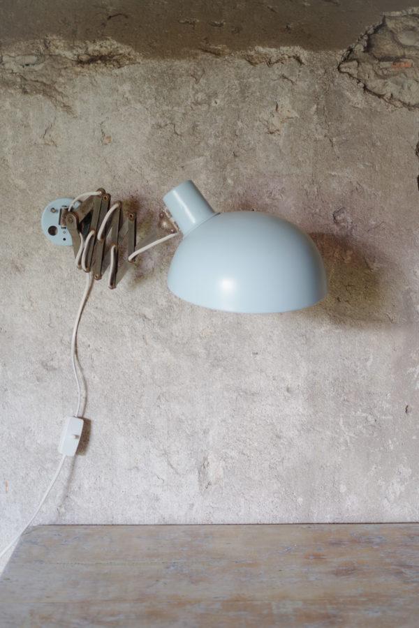 Applique accordéon vintage, lampe de bureau ou de chevet ancienne à fixer au mur coloris bleu pastel. Style scandinave et industriel.
