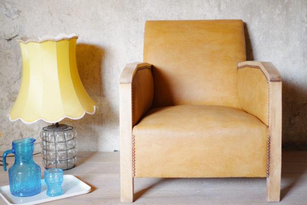 Fauteuil club Art Déco bois courbé, tapissé en cuir simili coloris camel cloutés. Une pièce sous influence vintage