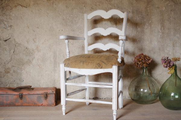 Fauteuil rétro des années 40 avec une jolie patine blanche et une assise en toile de jute ancienne