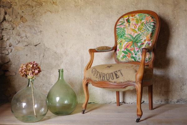 Voltaire ancien des années 20, esprit nomade et bohème, assise retapissé tissu imprimé Tropiques et toile de jute ancienne flirtant avec des dames Jeanne / Antique French furniture
