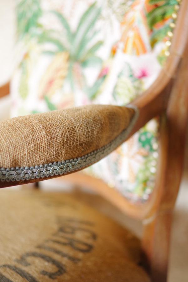 Voltaire ancien des années 20, esprit nomade et bohème, assise retapissé tissu imprimé Tropiques et toile de jute ancienne / antique French furniture / antique Voltaire Tropics fabrics