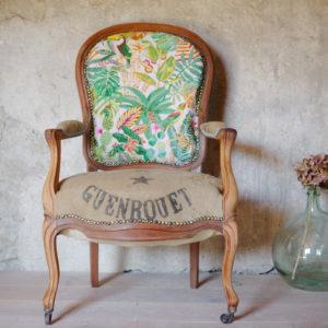 Voltaire ancien des années 20, esprit nomade et bohème, assise retapissé tissu imprimé Tropiques et toile de jute ancienne flirtant avec des Dames Jeannes