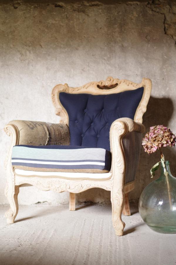 fauteuil Chesterfield vintage des années 40 revisité. Un esprit chic et bohème avec un mix and match de toiles anciennes réussi.