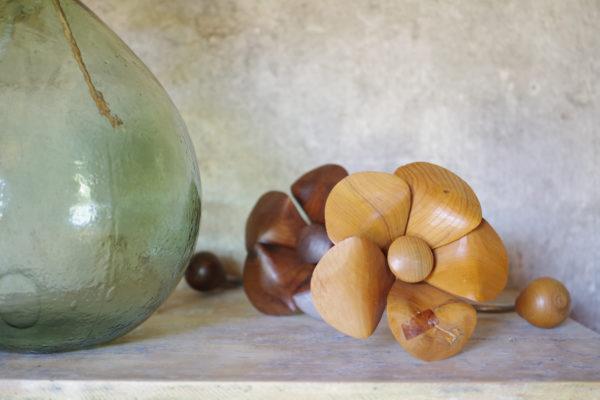 Patères vintage des années 70 en forme de fleur. L'une teinté foncé l'autre en bois blond.