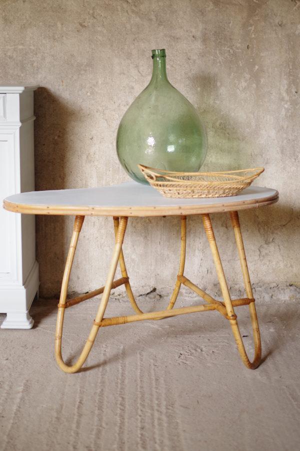 Table en rotin vintage forme haricot plateau fraîchement rénové dans un bleu tendre et doux. Des années 60.