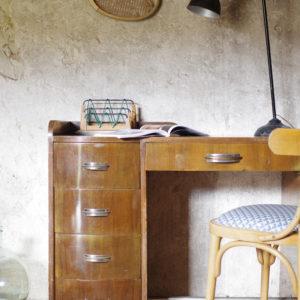 Lignes élégamment travaillées pour ce bureau vintage de style Art déco des années 30, en noyer et placage noyer avec poignées en chorme et laiton.
