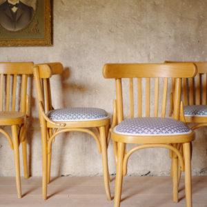 Chaises bistrot anciennes vintage, cannage ancien et toile enduite à motif géométrique bleu et blanc. Structure en hêtre.