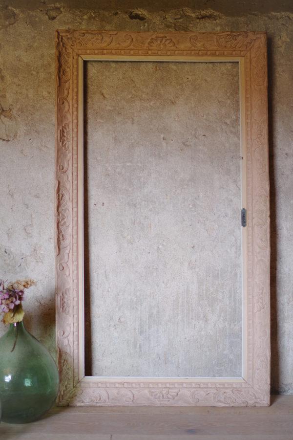 Cadre ancien avec moulures florales rose poudré d'origine des années 40. Ambiance bohème chez soi.