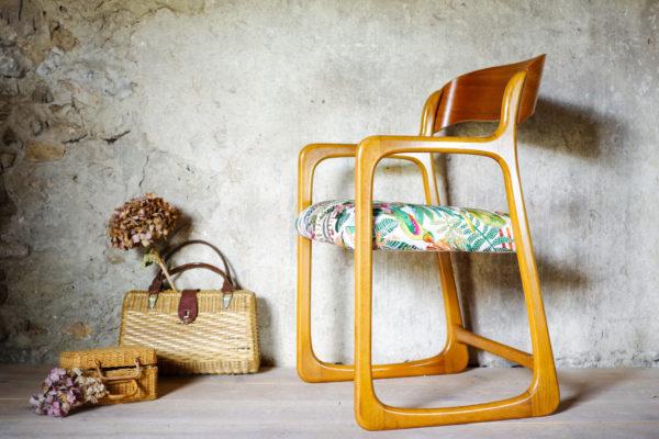Profil du fauteuil ancien traîneau Baumann qui metf en évidence l'élégance de sa ligne.
