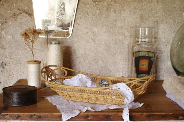 Corbeille vintage en moelle de rotin des années 60