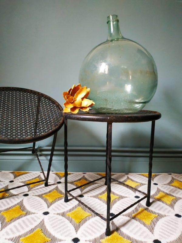 Duo de petites tables avec plateau en tôle perforée et piétement en fer forgé des années 50 de dans le goût de Mathieu Mategot.