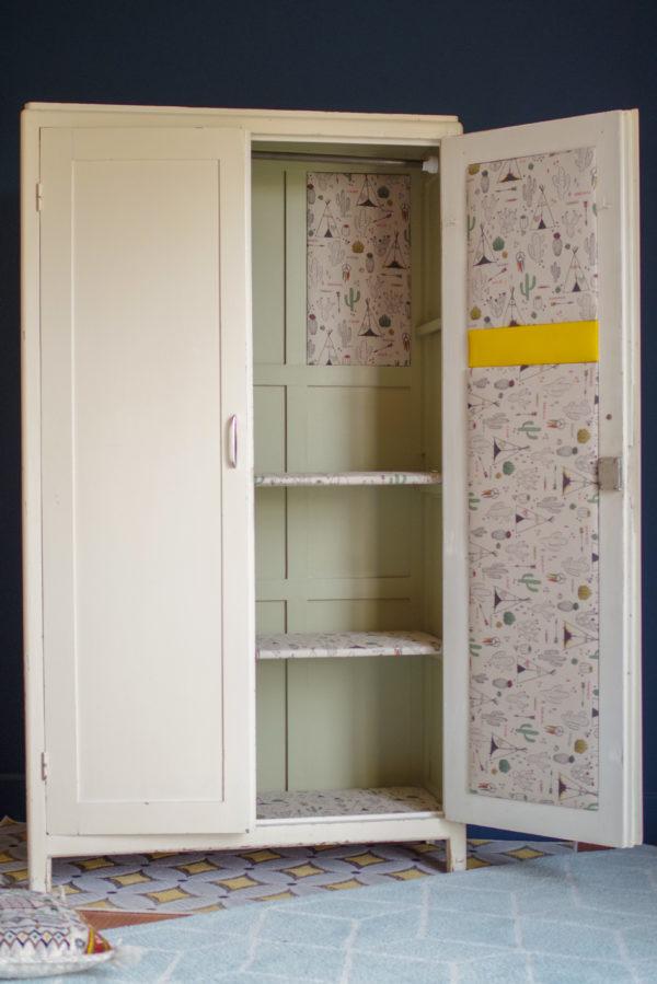 Intérieur de cette armoire parisienne rénovée avec la peinture Stone White de Farrow and Ball
