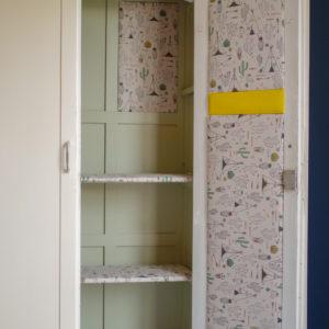cette armoire parisienne offre un espace de rangement rénové dans des tonalités arty et joyeuses.