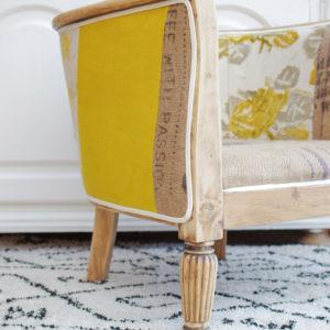 Fauteuil Art déco ancien revisité dans des tonalités de jaune, mixant toile de jute ancienne, lin jaune et tissu à motifs floraux en velours