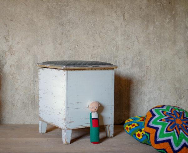 Pouf coffre vintage des années 50 à la patine blanche charmante.