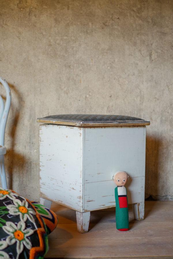 Tabouret ancien des années 50 avec une jolie patine blanche et une assise en cuir vert.