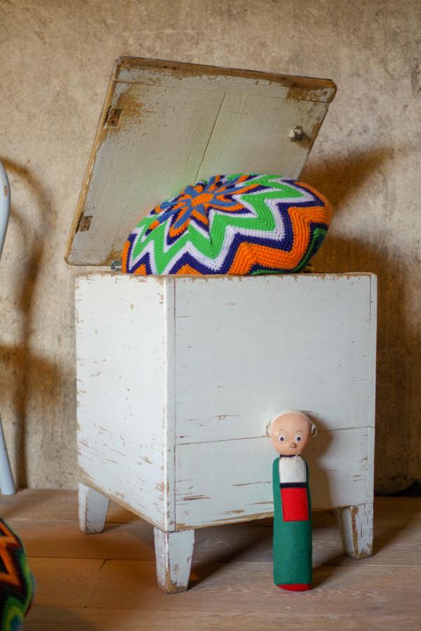 Sous l'assise de ce coffre ancien se cache un espace de rangement astucieux.