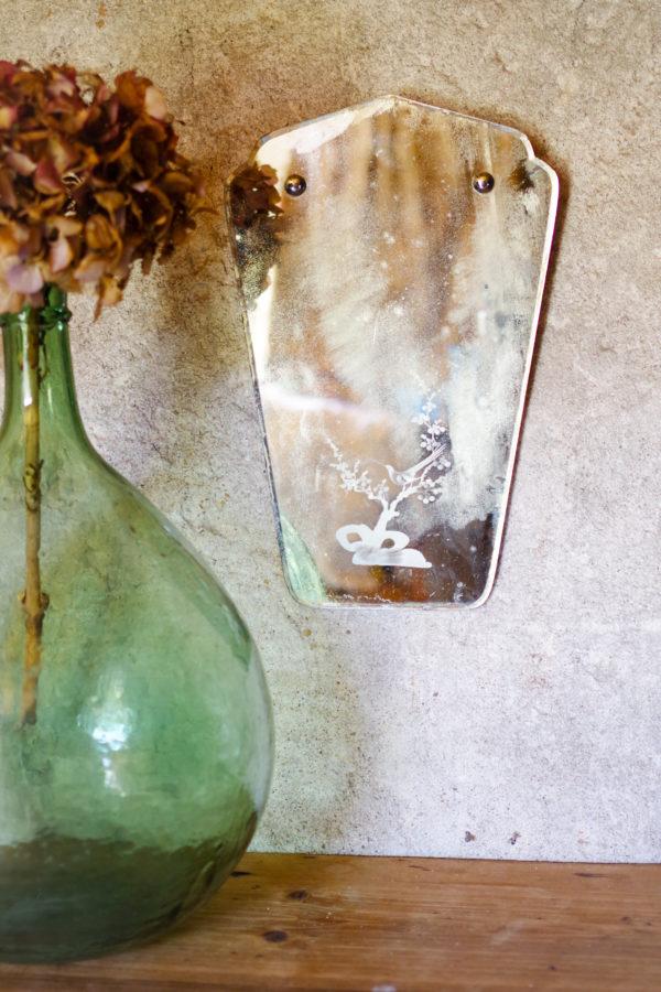 Forme tout en courbes pour ce miroir vintage du siècle dernier.