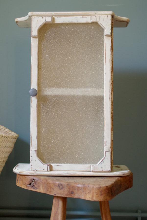 Un petit meuble des années 50 qui servait jadis à ranger des accessoires divers.