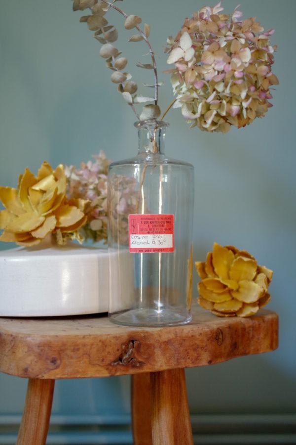 Flacon en verre ancien provenant d'une ancienne pharmacie ayant contenu de l'éosine.