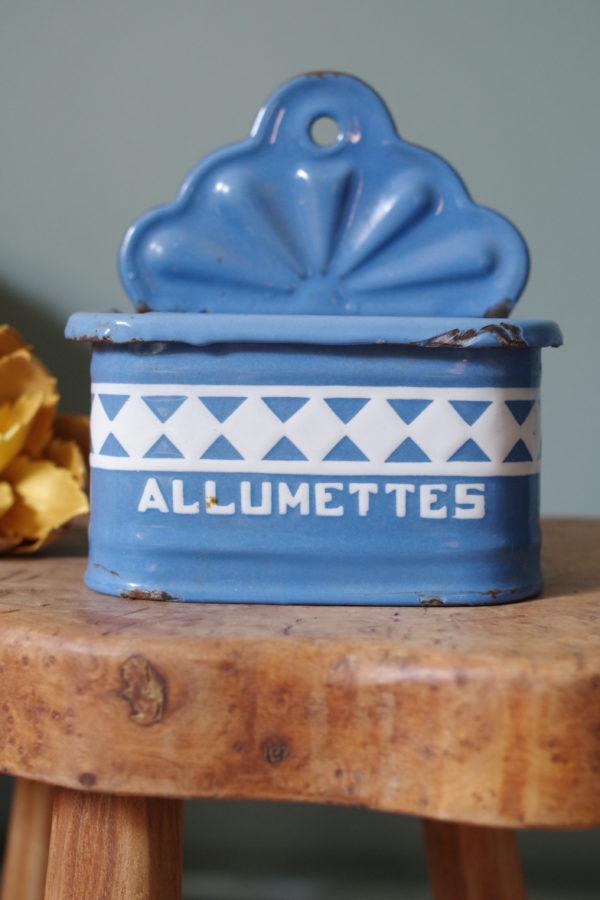 Boîte d'allumettes en tôle émaillée ancienne.