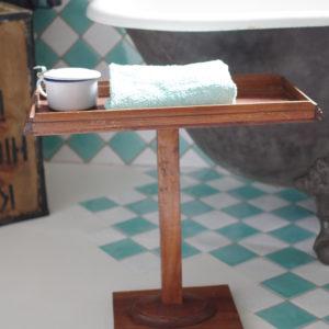 Envie de raffinement dans votre salle de bain, cette table d'appoint permettra d'y loger ses petits accessoires de beauté.