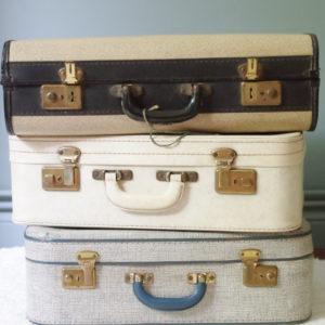 Accumulation des valises rétro pour un effet brocante charmant.