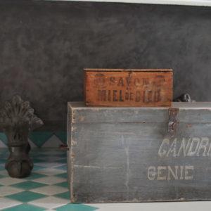 Ancienne malle en bois à la sublime patine grise qui contenait jadis du matériel militaire