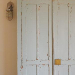 Cette pièce vintage réjouira les amoureux de mobilier bohème en recherche d'une armoire à la patine douce et gaie.