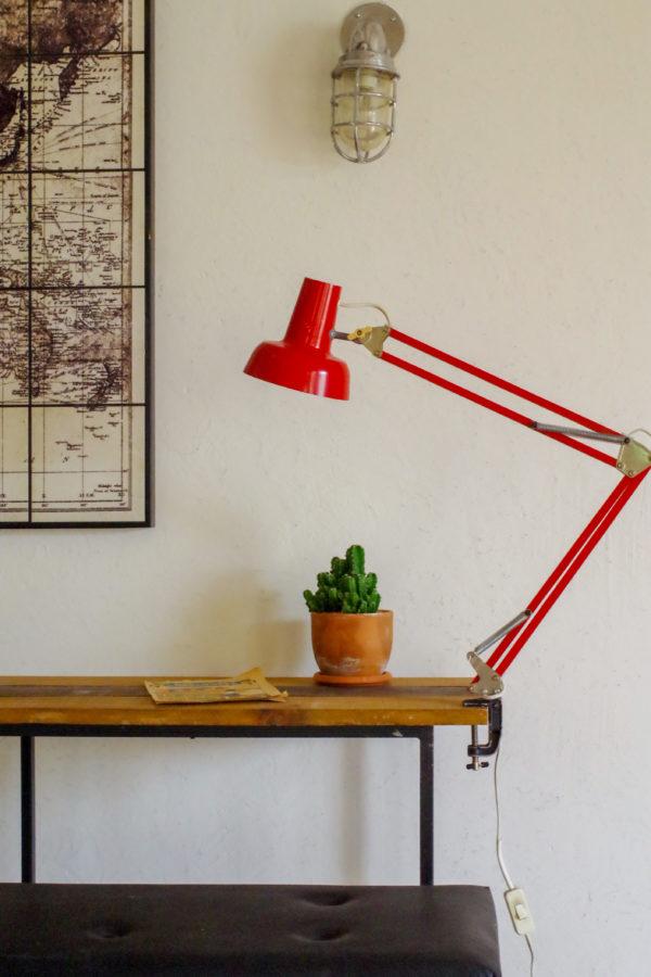 Cette lampe rétro des années 60 possède une couleur rouge vitaminée.