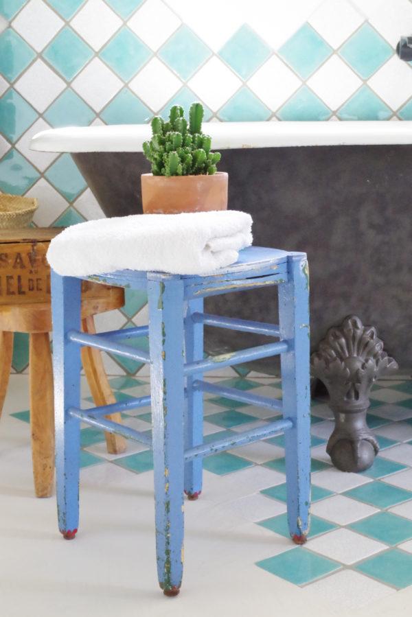 Ce tabouret de peintre rétro sera idéal dans une salle de bain pour y déposer quelques serviettes et autres accessoires de bain.