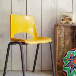 En plastique dur sur piétement tubulaire en métal, cette petite assise aux accents pop et revitalisants deviendra la petite assise favorite de votre mini