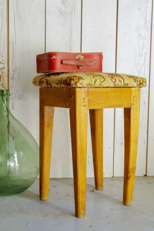 Produit au look bohème authentique, ce tabouret rétro apportera son vécu dans votre intérieur en se réinventant bout de canapé ou assise d'appoint.