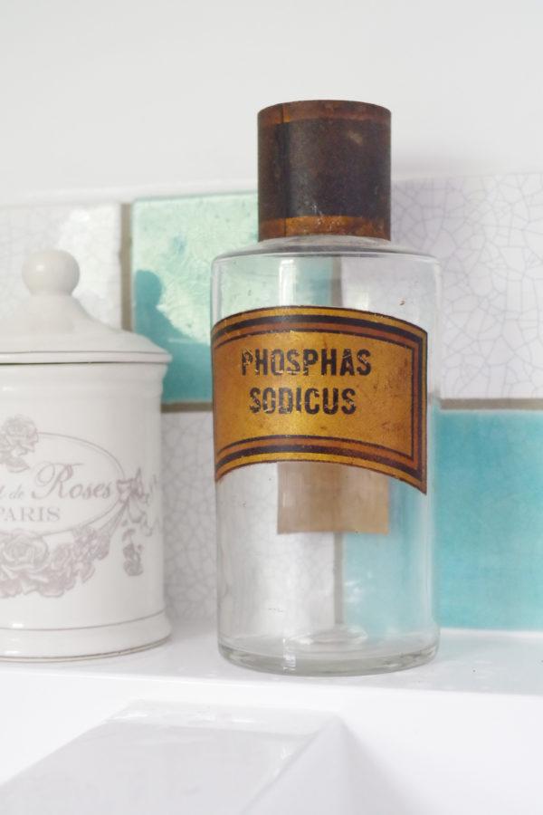 Ce charmant flacon ancien deviendra avec facilité un bel objet de déco à lui tout seul ou associé avec d'autres flacons pour un effet d'accumulation façon cabinet d'apothicaire