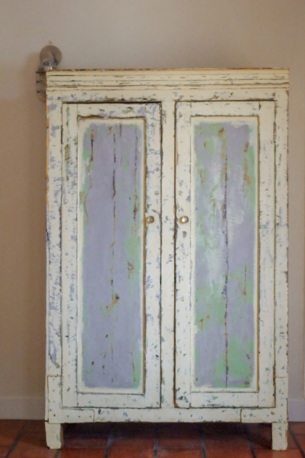 Cette armoire parisienne ancienne date des années 50. Elle est de fabrication artisanale et porte les traces de son vécu, ce qui intensifie son côté authentique.