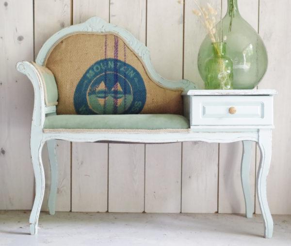 Ce meuble ancien du début du siècle dernier a été rénové afin de lui conférer ce nouveau look élégant poétique et moderne.