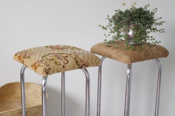 Cette paire de tabourets anciens est coordonné pour offrir poésie et élégance.