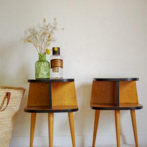 Chevets vintage tripode en bois couleur miel.