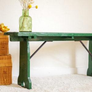 Ce petit banc de ferme est une pièce au charme rustique enchanteur.