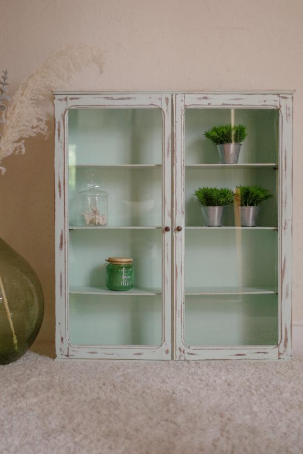 Cette petite vitrine ancienne se plaira dans une chambre d'enfant pour apporter douceur ou dans une cuisine pour y présenter épices en tout genre.