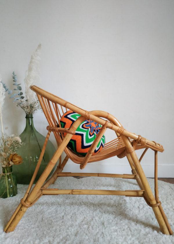 Sublimes courbes, volutes croisées et harmonieuses et teinte miel, ce fauteuil rétro ravira les amoureux du rotin.