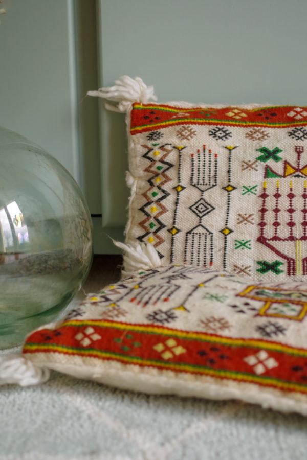 Coussin vintage de couleur écru réalisé à la main avec broderies ethniques