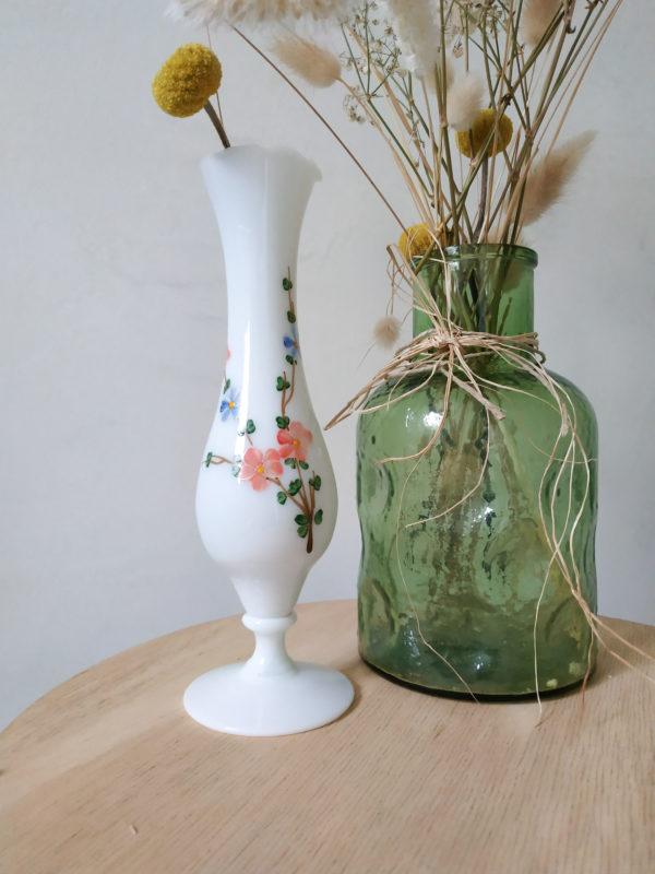 Ce vase vintage est en opaline blanche avec un adorable décor de fleurs peint à la main.