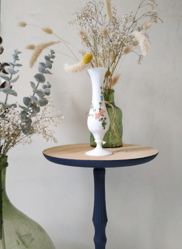 Ce vase ancien est en opaline blanche.
