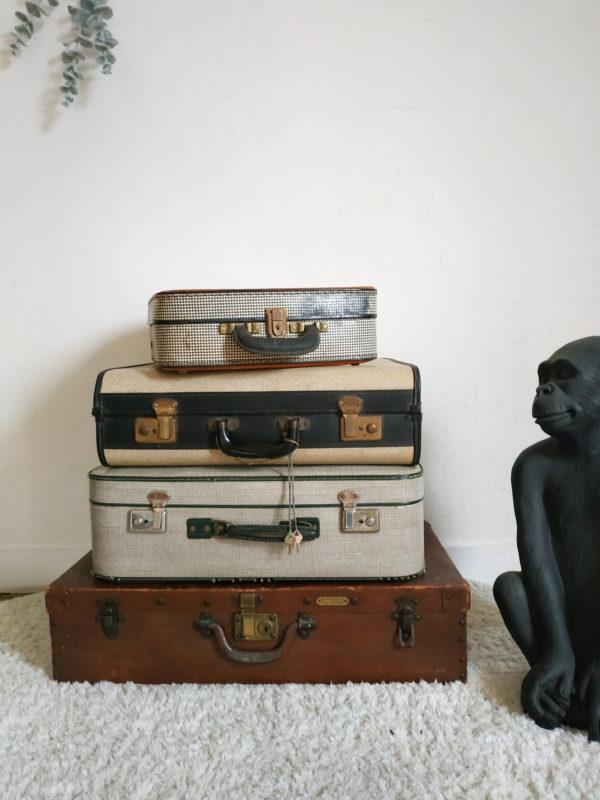 Des lignes arrondies, un motif peau de serpent coloris crème, et un pourtour noir font de cette petite valise des années 40 un objet de déco très élégant.