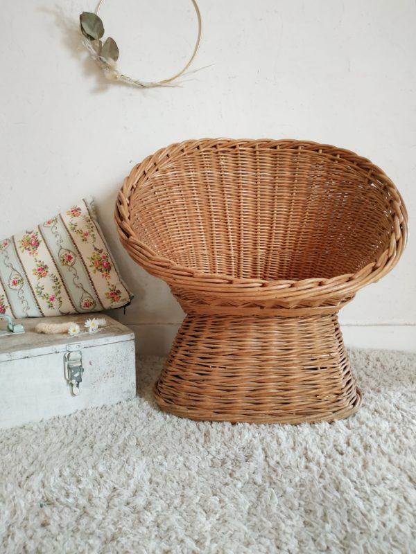 La teinte de ce fauteuil en rotin vintage est lumineuse et chaleureuse.