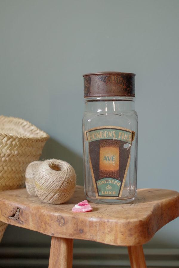 Quelle petite merveille que ce très ancien pot en verre transparent ayant contenu ces douceurs.