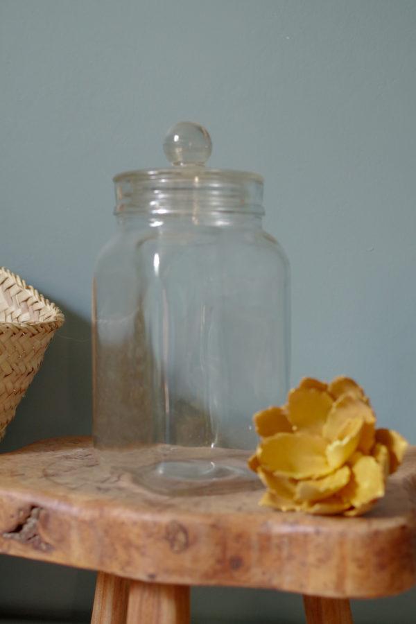 Gracieux flacon ancien en verre retrouvé dans le grenier d'une droguerie ayant contenu des sucreries au début du siècle dernier.