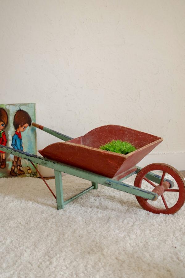 Quel adorable jouet ancien que cette brouette en bois pour jeunes enfants.
