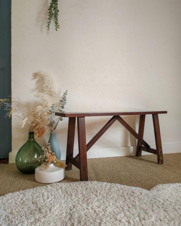 Tout en bois, ce banc ancien a tout pour plaire, une patine veloutée et douce et des dimensions réduites qui font de cette pièce un must have.